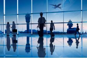 Geschäftsreisende in der Flughafen Lounge