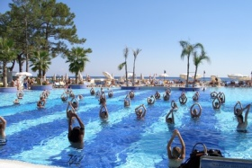 Sport im Hotelpool in der Türkei
