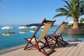 Moderner Hotelpool über dem Mittelmeer