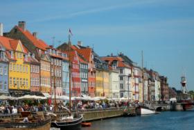 Am Nyhavn in Kopenhagen flanieren Touristen und Einwohner der Designmetropole