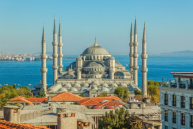 Blaue Moschee in Istanbul vorm Bosporus